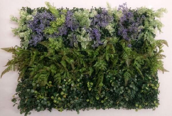 Invista em flores artificiais e forme um lindo jardim vertical