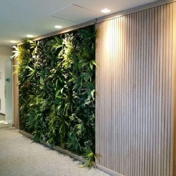 Combine seu jardim vertical artificial com o painel de madeira