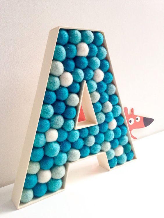 letras decorativas - letra a com pompons azuis