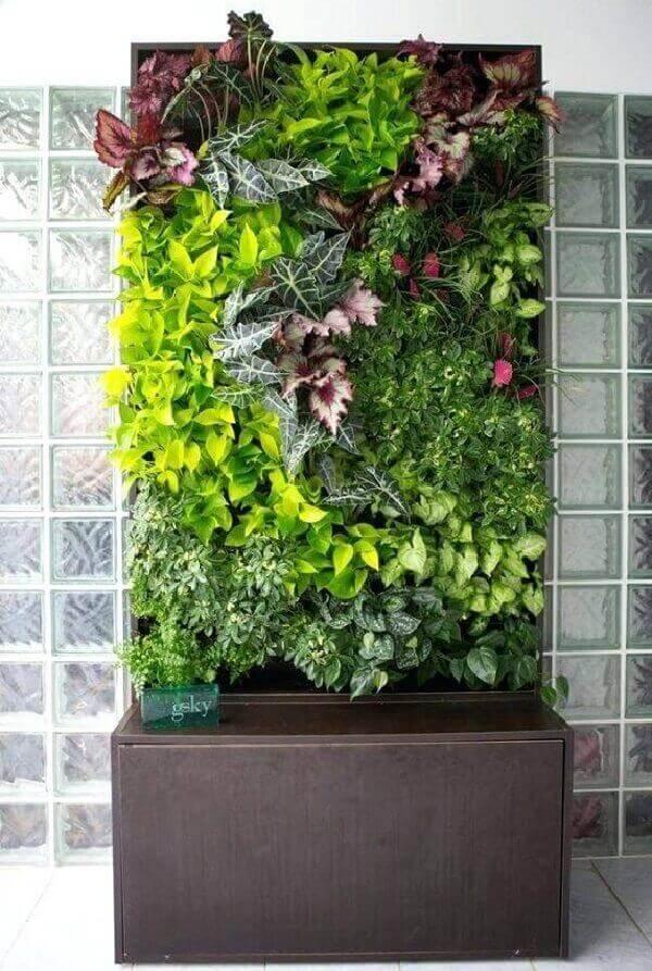 Jardim vertical artificial com flores