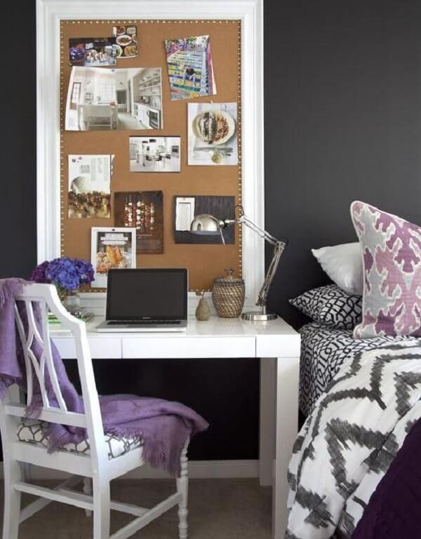 Mini espaço de trabalho com quadro feito de cortiça na parede