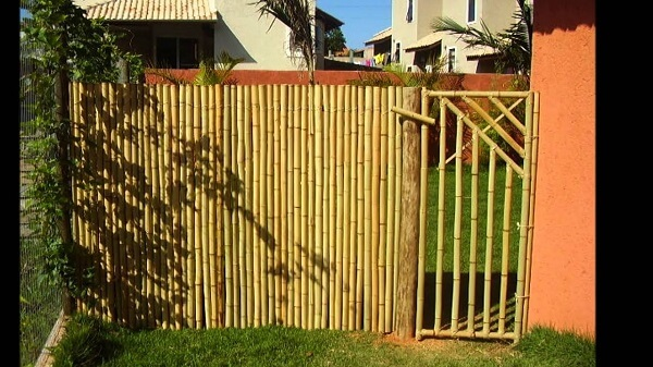 A entrada da residencia foi estruturada com bambu