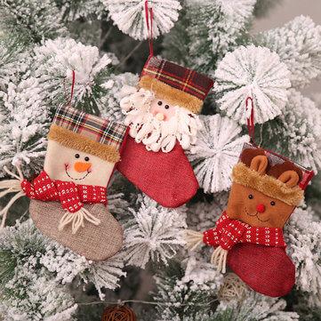 Meia de natal do papai noel decorando a árvore de natal