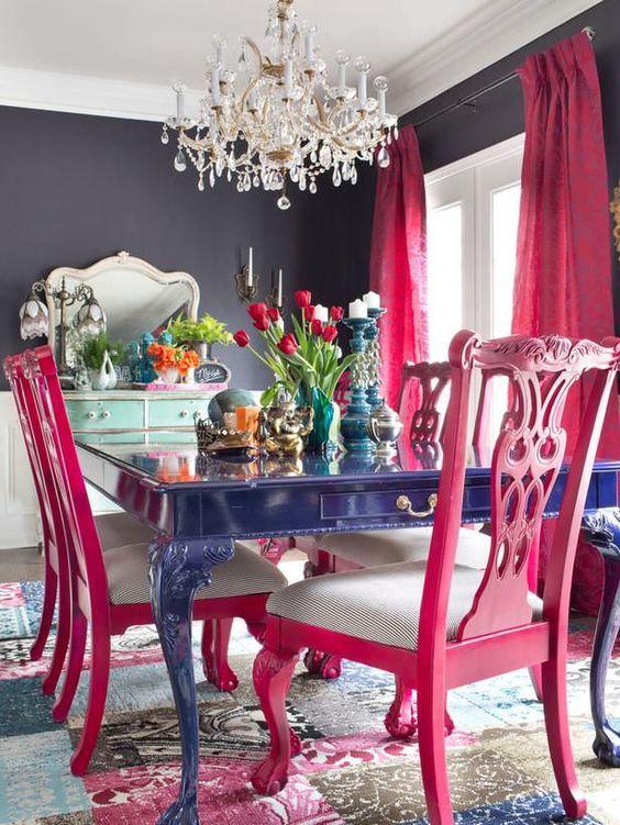 Mesa azul com cadeiras coloridas