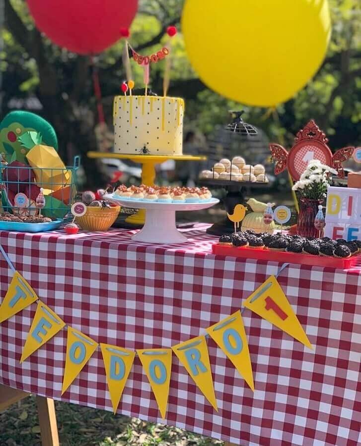 mesa de aniversário piquenique decorada com toalha xadrez Foto Folhas Festas e Papelaria
