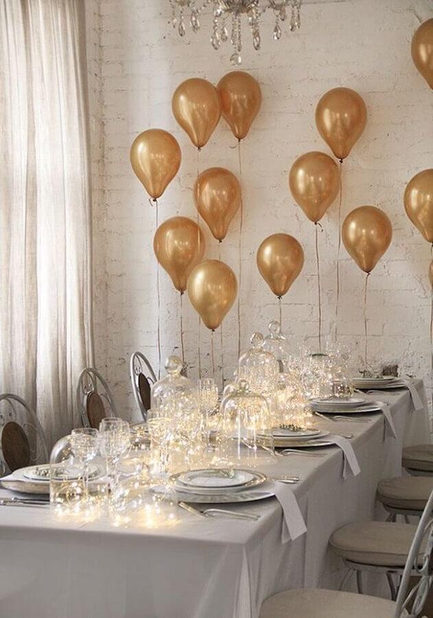 mesa de ano novo decorada com balões dourados e pisca pisca em redomas de vidro Foto Casa e Festa