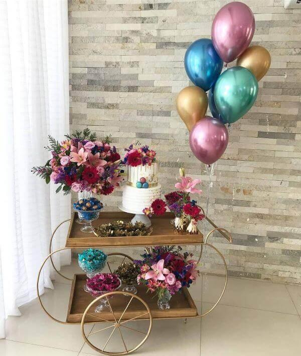 Mesa de bolo para festa de 18 anos simples e moderna
