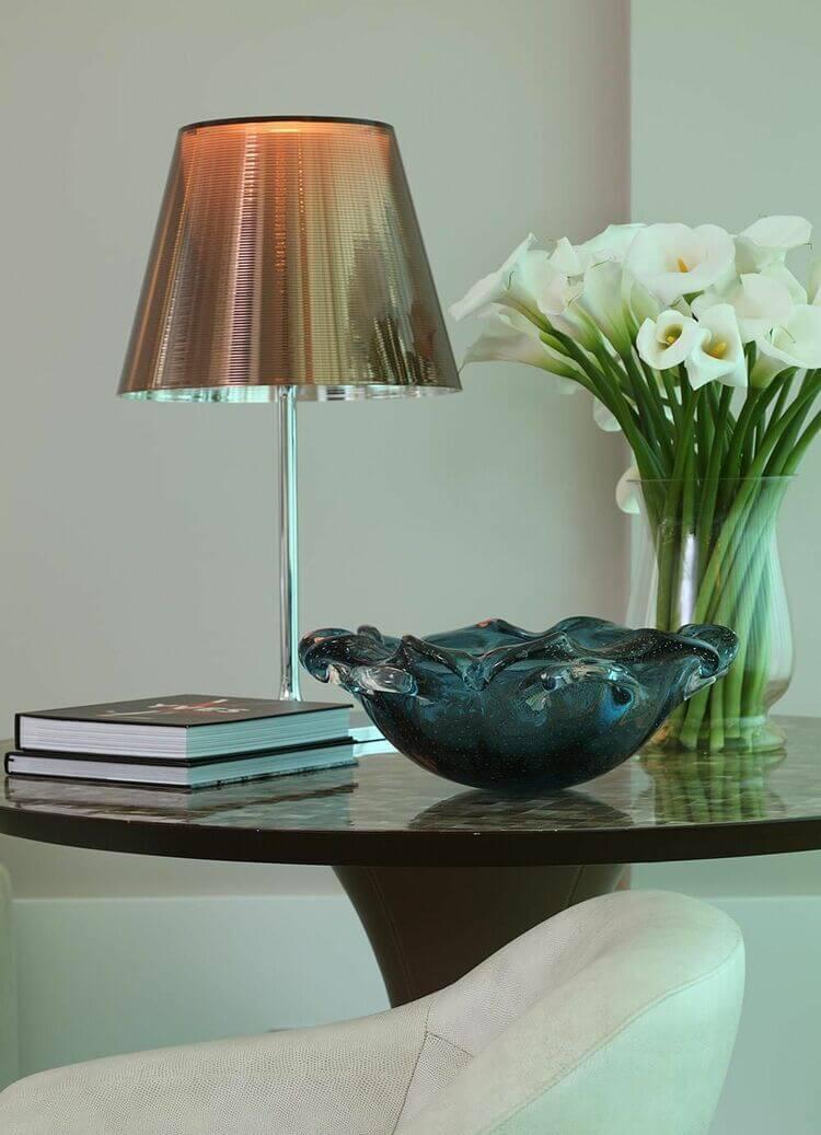 mesa de canto para sala - mesa de canto com abajur e flores