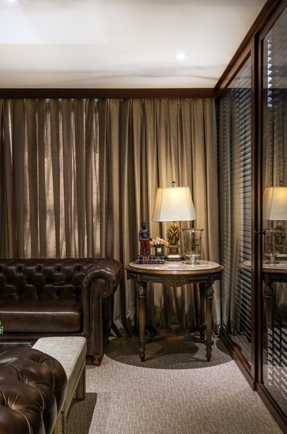 mesa de canto para sala - mesa de canto com abajur em sala clássica