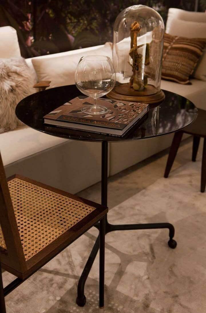 mesa de canto para sala - mesa de canto preta e cadeira de palinha na sala
