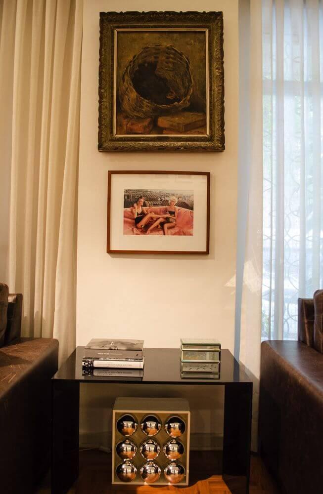 mesa de canto para sala - mesa de canto preta e quadros