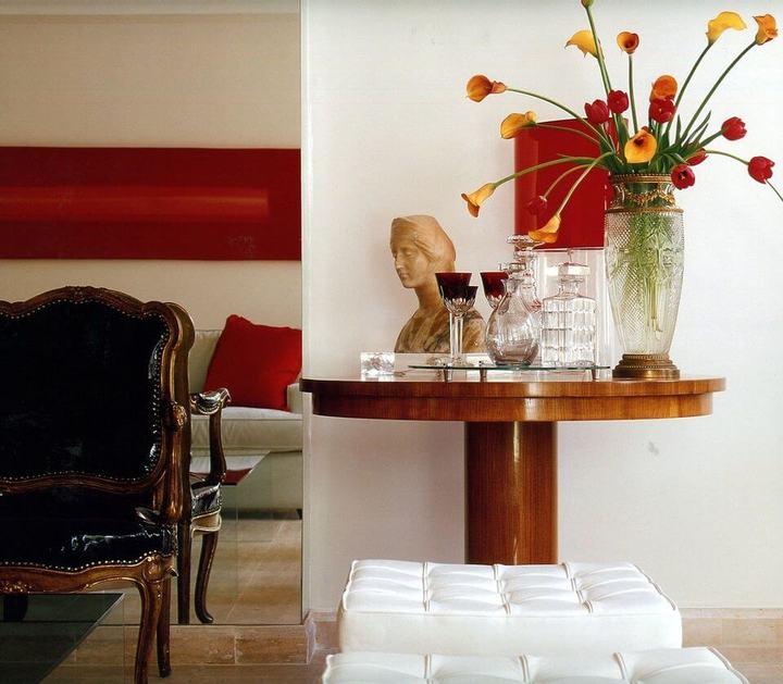 mesa de canto para sala - mesa de canto redonda de madeira com vaso de vidro