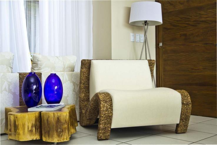 mesa de canto para sala - poltrona branca com mesa de canto de madeira