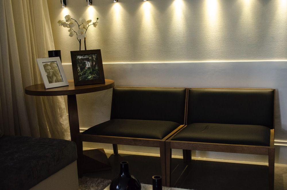 mesa de canto para sala - sala com bancos de madeira e mesa de canto