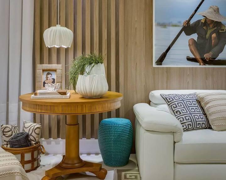 mesa de canto para sala - sala com mesa de canto de madeira e pendente