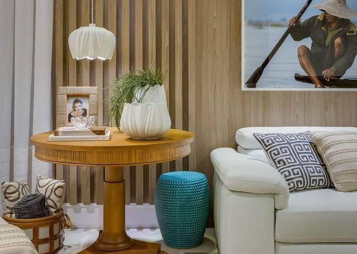mesa de canto para sala - sala com mesa de canto de madeira e pendente - Escritório Renata Pisani Arquitetura & Interiores