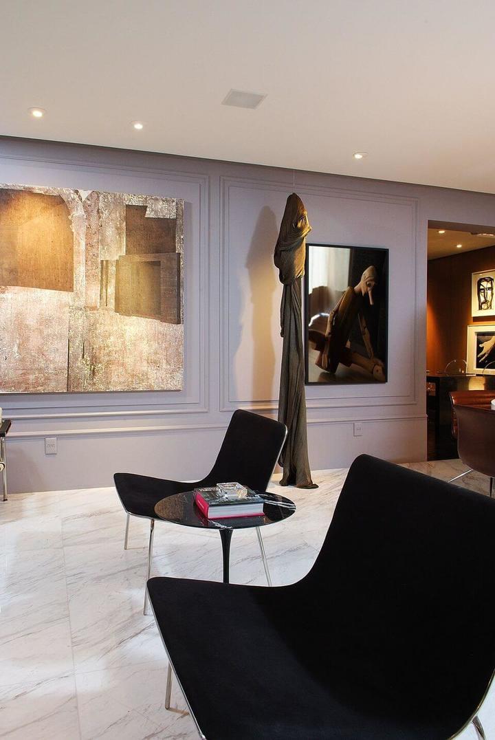 mesa de canto para sala - sala com poltrona moderna preta e mesa de canto
