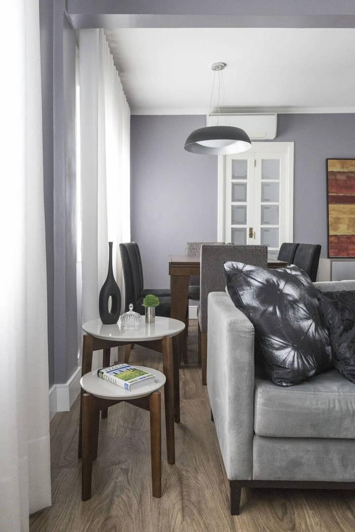 mesa de canto para sala - sala de estar cinza com mesa de canto de madeira
