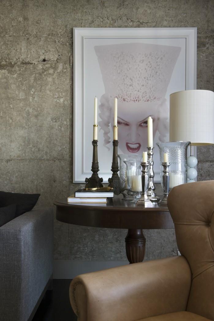 mesa de canto para sala - sala de estar com mesa de canto de madeira redonda