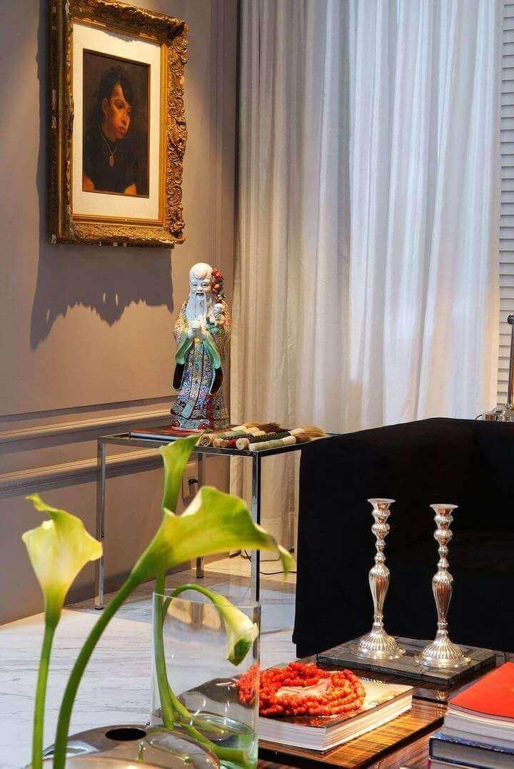 mesa de canto para sala - sala de estar com mesa de canto e escultura