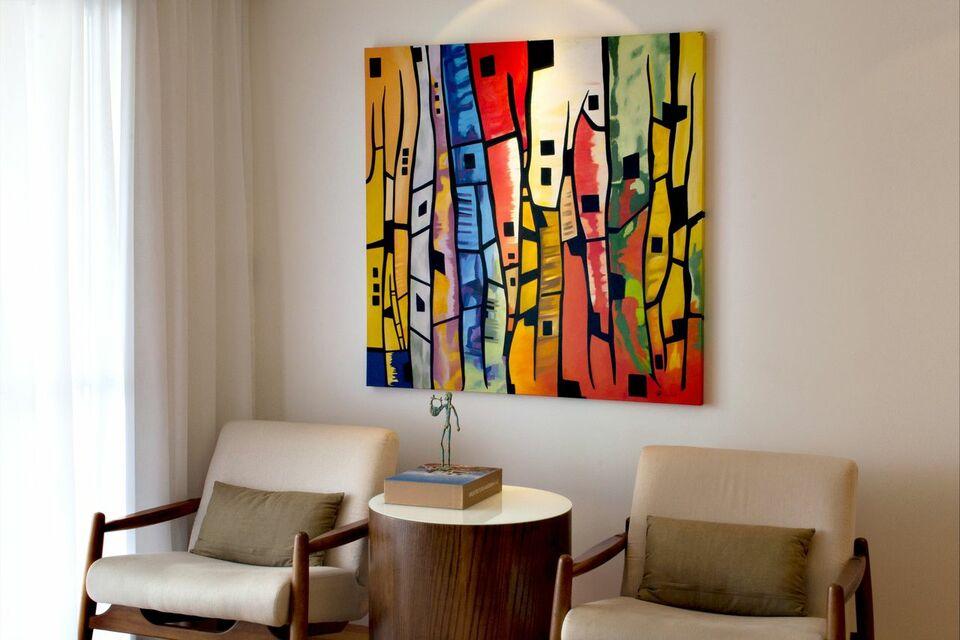 mesa de canto para sala - sala de estar com mesa de canto redonda e quadro