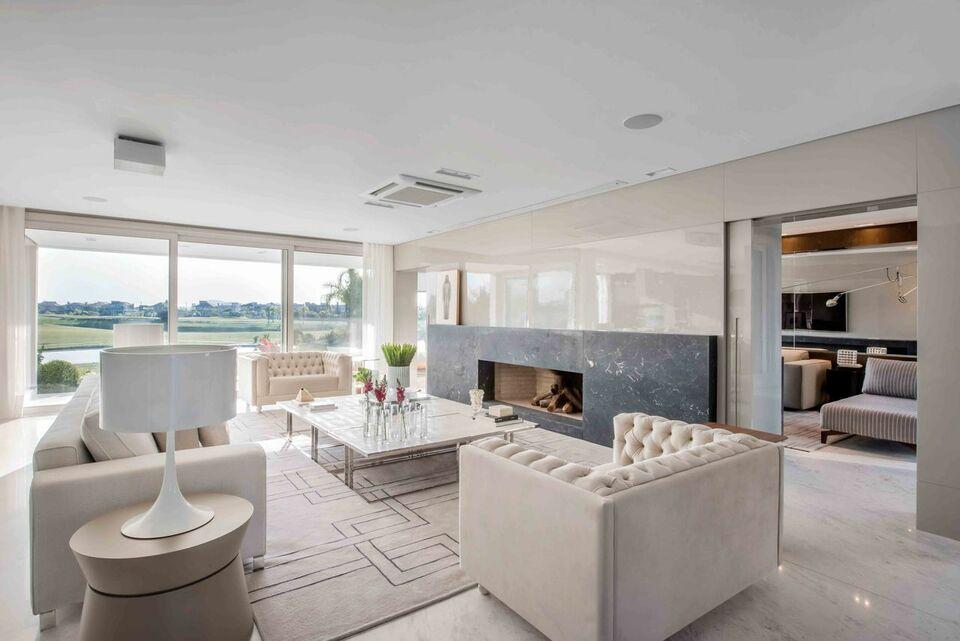 mesa de canto para sala - sala de estar neutra com mesa de canto bege