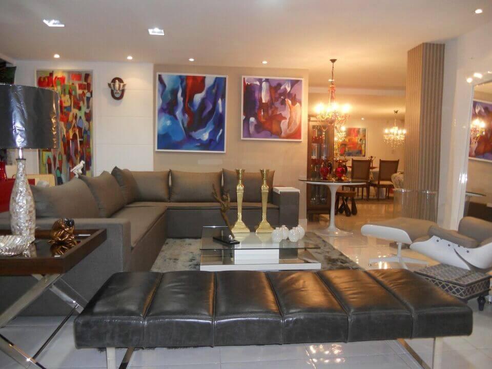mesa de canto para sala - sofá cinza com mesa de canto de madeira e metal