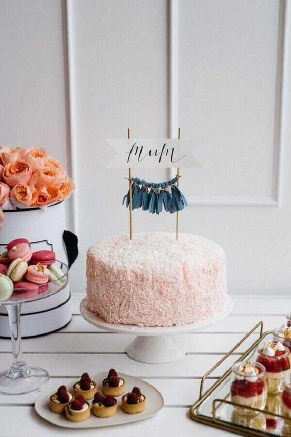 Mesa de doces com decoração de festa simples