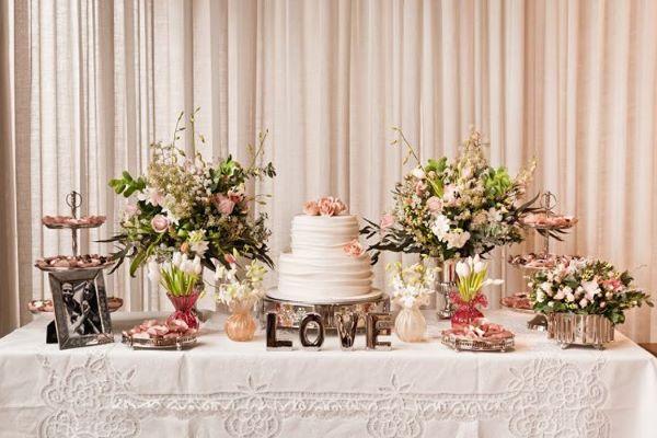 Decoração de casamento simples com flores e bolo decorado