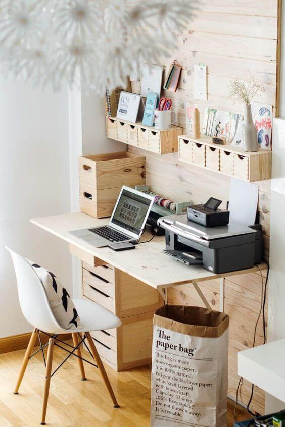 Mesa de estudo de madeira com prateleiras para itens do dia a dia