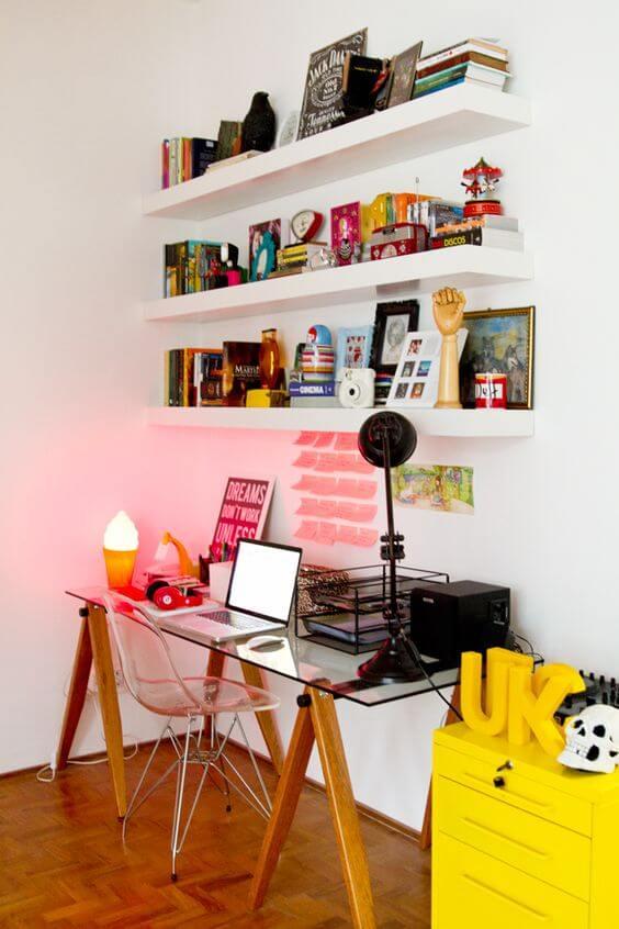 mesa para estudos com a sua decoração