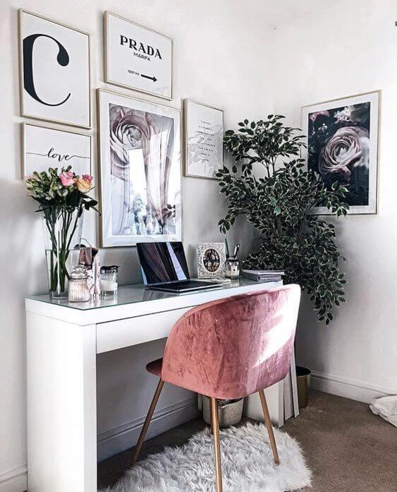 Mesa de estudos branca com cadeira roxa