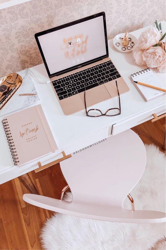 Mesa de estudo branca com notebook e caderno