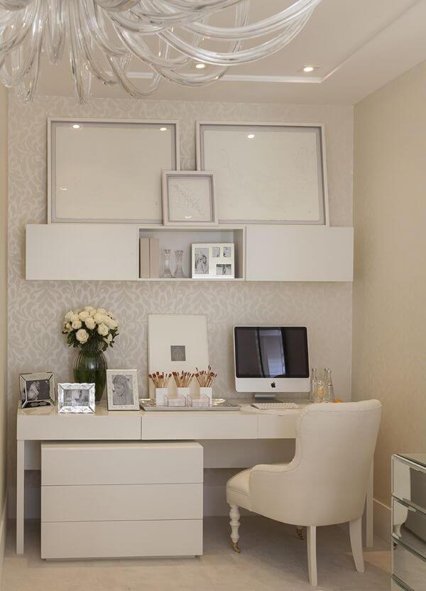 mesa de estudo com a decoração