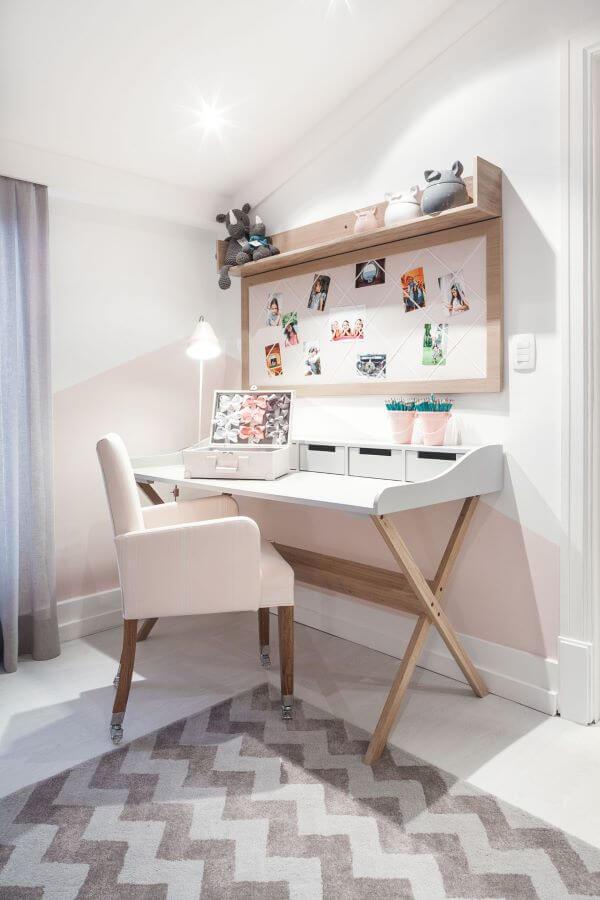 Mesa de estudo com cadeira cor de rosa