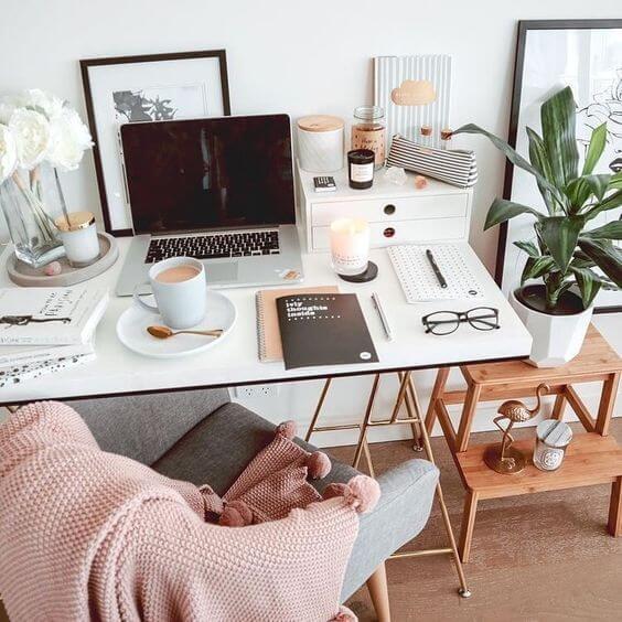 Mesa de estudo branca com cadeira cinza e manta rose