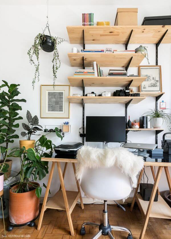 Mesa de estudo com prateleiras