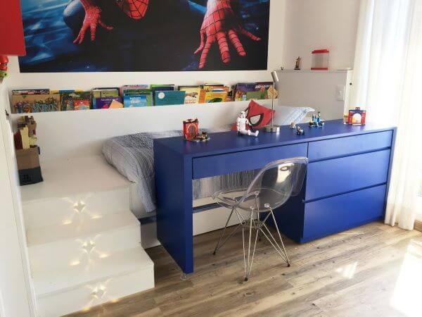Mesa azul para estudar no dia a dia