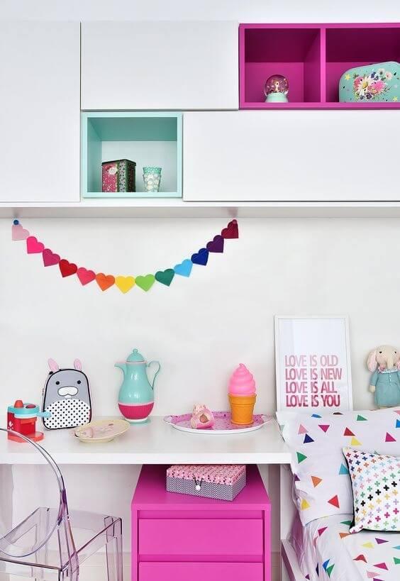Mesa de estudo infantil com decoração colorida