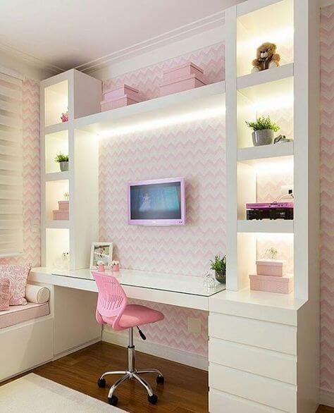 Mesa de estudo infantil combinando com as cores do quarto