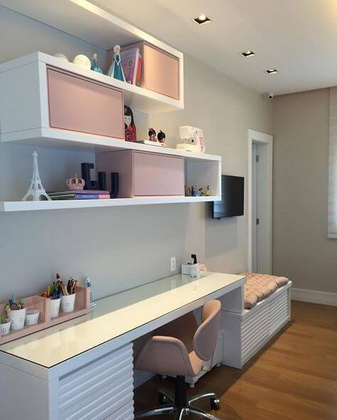 Combine a decoração do quarto com a mesa de estudos