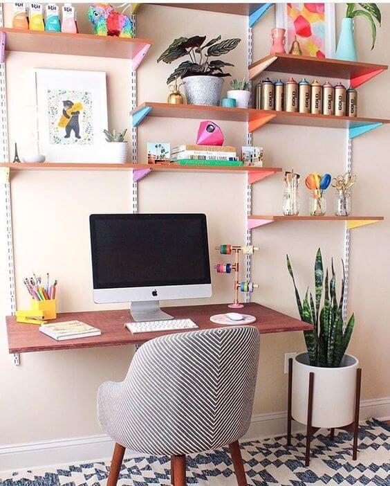 Mesa de estudo suspensa com prateleiras decoradas