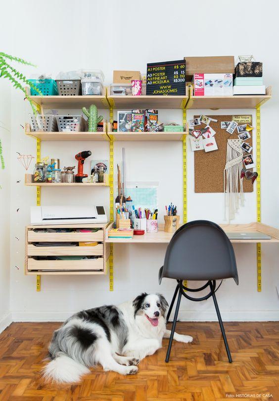Mesa de estudo suspensa para otimizar espaço no quarto