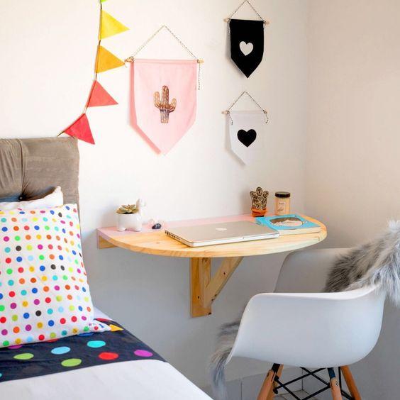 Mesa de estudo dobrável ao lado da cama