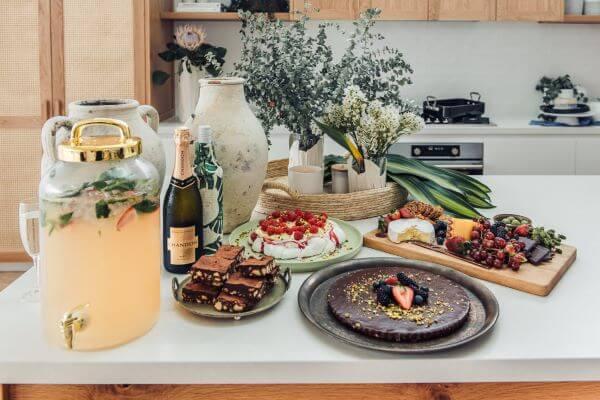 Mesa de frutas para natal com drinks