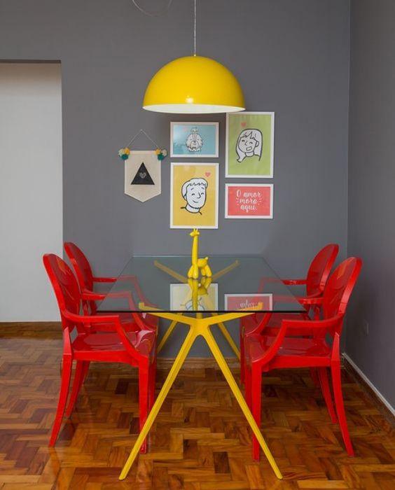 cadeiras coloridas vermelhas