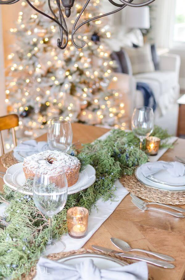 Mesa de natal com bolo decorando