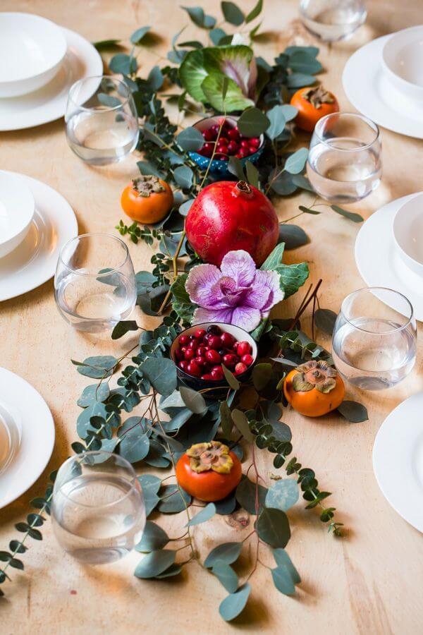 Mesa de natal decorada com frutas e flores