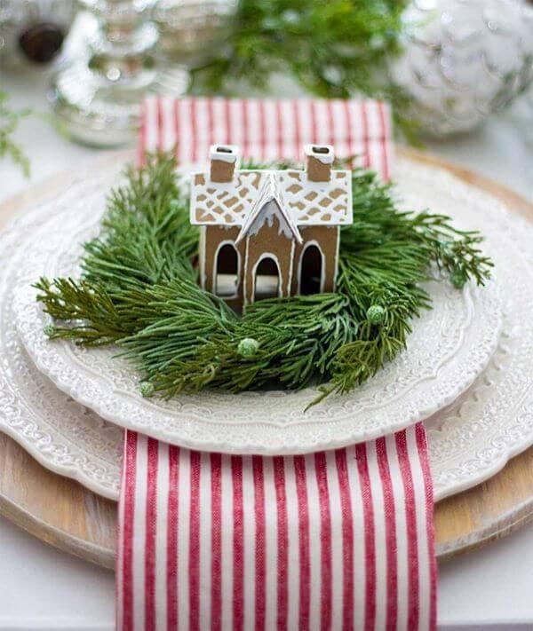 Mesa de natal com enfeites lindos no prato