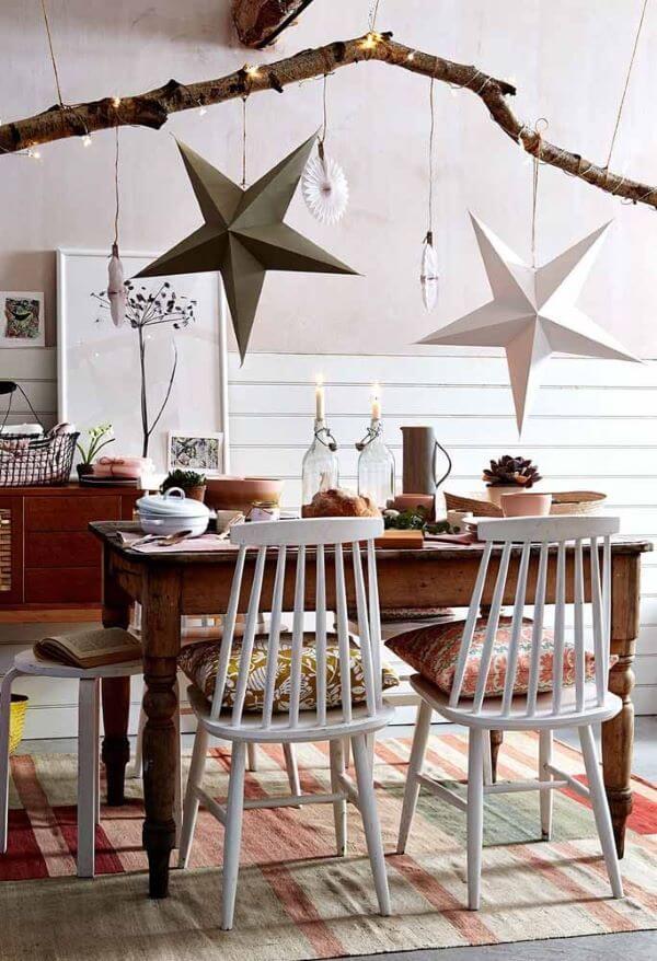 Mesa de natal simples com estrelas no teto